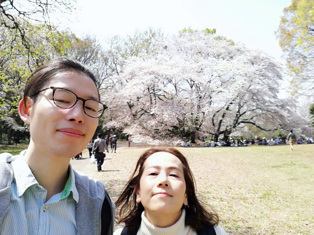 砧公園で桜を背景に